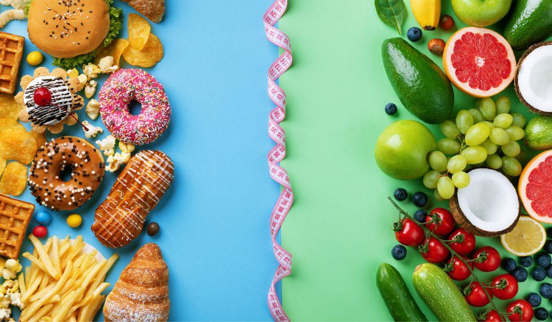 Zdjęcie przedstawia dwie grupy produktów - jedzenie przetworzone oraz nieprzetworzone, pierwsze z nich odradzane a drugie wskazane przy insulinooporności.